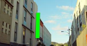 Geleid hamsteren op de buitenkant van het gebouw in stadsstraat 4k stock video