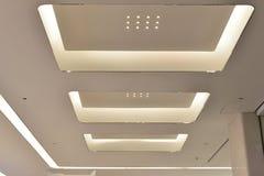 Geleid plafond van de Moderne het bureaubouw van de pleinzaal ï ¼ Œmodern, moderne bedrijfs de bouwzaal, binnen de commerciële bo stock afbeeldingen
