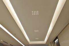 Geleid plafond van de Moderne het bureaubouw van de pleinzaal ï ¼ Œmodern, moderne bedrijfs de bouwzaal, binnen de commerciële bo Royalty-vrije Stock Afbeelding