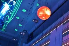 Geleid plafond van de Moderne het bureaubouw van de pleinzaal ï ¼ Œmodern, moderne bedrijfs de bouwzaal, binnen de commerciële bo Royalty-vrije Stock Afbeeldingen