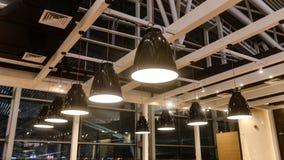 Geleide het hangen verlichting in de commerciële bouw royalty-vrije stock afbeeldingen