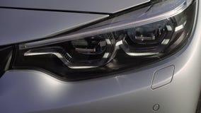 Geleide lamp van grijze auto stock footage