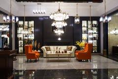 Geleide verlichting en meubilair in de kroonluchter van het woonkamerkristal royalty-vrije stock fotografie