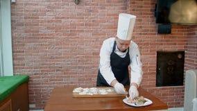 Geleidelijk proces om bollen, ravioli of pelmeni te maken met zeevruchten het vullen stock video