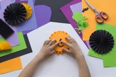 Geleidelijke hoofdklasse Creeer een decoratie voor een partij van Halloween-pompoenen Royalty-vrije Stock Foto
