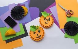 Geleidelijke hoofdklasse Creeer een decoratie voor een partij van Halloween-pompoenen Stock Foto's