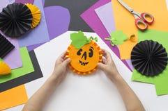 Geleidelijke hoofdklasse Creeer een decoratie voor een partij van Halloween-pompoenen Royalty-vrije Stock Fotografie