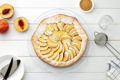 Geleidelijke receptengalette met nectarines Verse gebakken open pastei met nectarines op draadtribune op houten achtergrond Stock Afbeelding