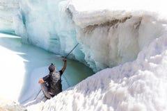 Geleira congelada de descanso de assento do lago do gelo do turista do mochileiro, curso de Bolívia imagens de stock royalty free