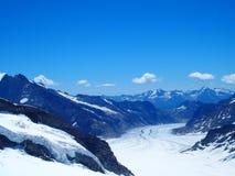 A GELEIRA de ALETSCH em CUMES suíços ajardina na escala de montanhas alpina alta de JUNGFRAU em Suíça Foto de Stock