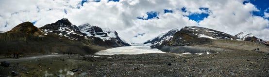 Geleira de Athabasca, via pública larga e urbanizada Jasper National Park de Icefields fotografia de stock