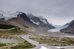 Geleira de Athabaska na via pública larga e urbanizada de Icefield em tudo é splendeur, Alb Fotos de Stock Royalty Free