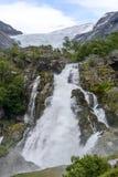 Geleira de Briksdalsbreen no verão com a cachoeira do gelo derretido no primeiro plano Imagem de Stock