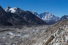 A geleira de Khumbu na frente de Kangtega e Thamserku repicam, Everest imagem de stock royalty free