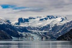 Geleira e montanhas de Johns Hopkins em um dia nebuloso na baía de geleira, Alaska imagem de stock royalty free