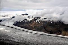 Geleira islandêsa e montanhas escondidas em parte nas nuvens Foto de Stock Royalty Free
