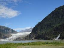 Geleira Juneau Alaska de Mendenhall Geleira de Mendenhall que flui no lago Mendenhall entre montanhas com quedas da pepita perfei imagem de stock