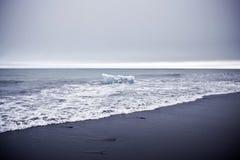 Geleira na praia preta da areia Imagens de Stock