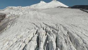 Geleiras da opinião de Arial no vulcão do sono Elbrus Movimento vertical da câmera Cáucaso norte Rússia filme