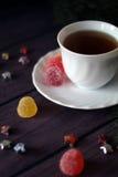 Geleisnoepje, aromafruit, suikergoeddessert en thee Stock Foto