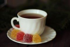 Geleisnoepje, aromafruit, suikergoeddessert en thee Stock Afbeeldingen