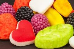 geleisuikergoed op een achtergrond Stapel van veelvoudig verschillend suikergoed Risico van zwaarlijvigheid en tandbederf stock foto