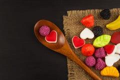 geleisuikergoed op een achtergrond Stapel van veelvoudig verschillend suikergoed Risico van zwaarlijvigheid en tandbederf royalty-vrije stock foto's