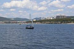 Gelendzhik海湾水表面上的航行游艇  Gelendzhik,克拉斯诺达尔地区,俄罗斯 库存照片