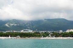 Gelendzhik,俄罗斯人在与山的海滩放松在背景中 免版税库存图片