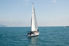 Gelendzhik,俄罗斯有一个风帆的一条小船在海 库存照片