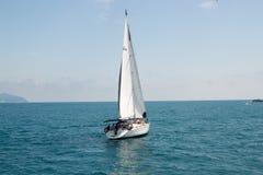 Gelendzhik, Rosja łódź z żaglem na morzu zdjęcia stock