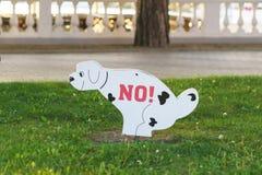 Gelendzhik, Rusia - 29 de abril 2017: Muestra gráfica que prohíbe animales domésticos en el césped Imagen de archivo libre de regalías