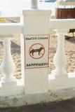 Gelendzhik, Rusia - 29 de abril 2017: Muestra gráfica que prohíbe animales domésticos en la playa Imágenes de archivo libres de regalías