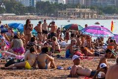GELENDZHIK, RUSLAND - AUGUSTUS 16, 2013: Mensen op strand in Gelendzhik Rusland Royalty-vrije Stock Afbeelding