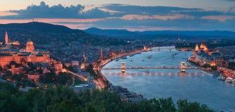 Gelert kullesikt av den Szechenyi bron och Buda Castle Arkivfoto
