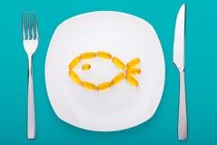 Geles suaves del aceite de pescado que mienten en una placa imagen de archivo libre de regalías