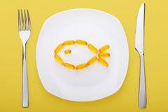 Geles suaves del aceite de pescado que mienten en una placa fotografía de archivo libre de regalías