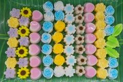 Gelez la forme colorée de sucrerie, de coeur et de fleur du plat, pour le service Image libre de droits