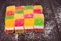 Gelez le bonbon, fruit de saveur, dessert de sucrerie coloré sur le fond en bois Photo libre de droits