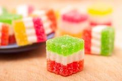 Gelez le bonbon, fruit de saveur, dessert de sucrerie coloré sur le fond en bois Photographie stock
