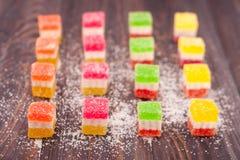 Gelez le bonbon, fruit de saveur, dessert de sucrerie coloré sur le fond en bois Images stock