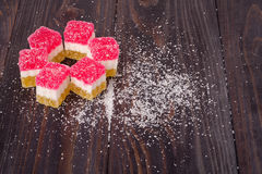 Gelez le bonbon, fruit de saveur, dessert de sucrerie coloré sur le fond en bois Images libres de droits