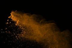 Gelez le mouvement des explosions de poudre d'or d'isolement sur le backgr noir Photos stock