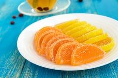 Gelez les sucreries dans des tranches d'agrume de forme couvertes du sucre et de tasse de thé avec un tilleul Image stock