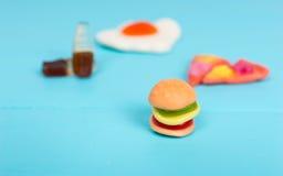 Gelez les sucreries sous forme d'hamburger, de pizza et de boisson sur en bois Image libre de droits