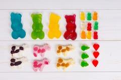 Gelez les sucreries sous forme de grand et petit gommeux multicolore Photos stock