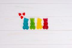 Gelez les sucreries sous forme de les ours gommeux multicolores avec le hea Images stock