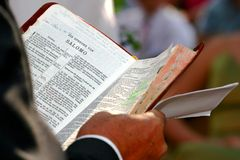 Gelezen bijbel royalty-vrije stock afbeeldingen