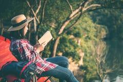 Gelezen vrouwen de toeristen boeken stock afbeelding