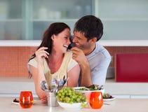 Geliebte, die ihr Mittagessen genießen lizenzfreies stockbild